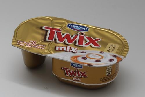 Schoko Stücke in Vanille Joghurt Danone Danone Twix Mix Joghurt